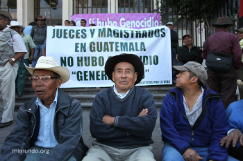 Supporters of Efrain Rios Montt gather during his trial. © mimundo.org