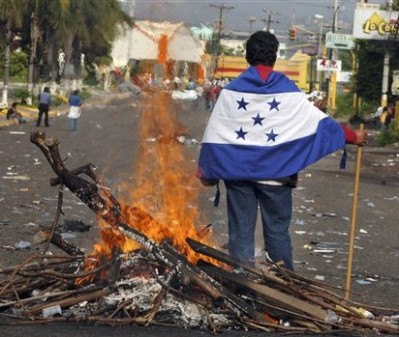 A man demonstrates against the 2009 coup in Honduras. © AP Photo/Fernando Antonio