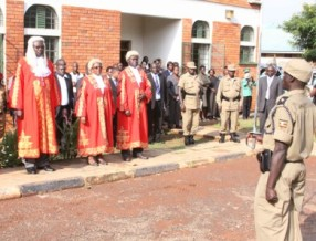 Judges stand outside of a courthouse in Gulu, Uganda before the Kwoyelo trial. © Human Rights Watch