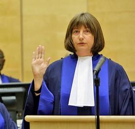 A newly elected judge is sworn in. © Bas Zwerwinksi/AP