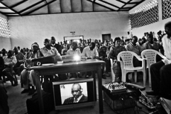 A community in Ituri, eastern DRC, watches a a hearing the Lubanga trial in 2009. © Human Rights Watch