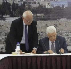 Palestinian President Mahmoud Abbas signs the ICC Rome Statute. © Reuters