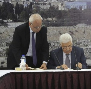 Palestinian President Mahmoud Abbas signs the ICC Rome Statute. © Reuters