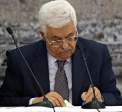 Palestinian President Mahmoud Abbas signs the ICC Rome Statute. © Alaa Badarneh/EPA