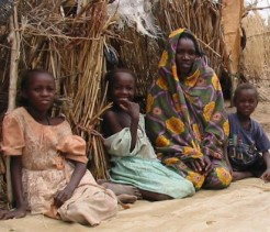 A mother and her children sit in a Darfur camp for displaced persons. © cdc.gov