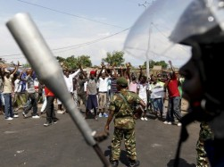 Police stand opposite protesters in Burundi. © 2015 Reuters/Thomas Mukoya