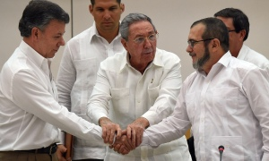 President Santos (left) and FARC leader Timochenko shook hands after a meeting facilitated by Raul Castro (centre ) © Luis Acosta/AFP/Getty Images