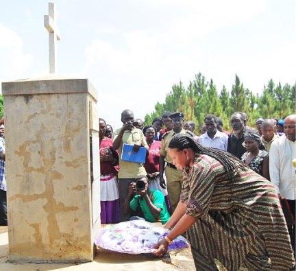 Julius Ocungi_ICC Chief Prosecutor Fatou Bensouda lays a wreath on the monument for Lukodi massacre victims in Gulu, Uganda_May 2015